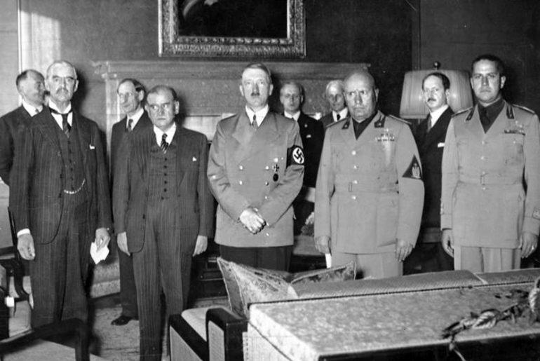 Konferencja w Monachium; od-lewej:Chamberlain, Daladier, Hitler, Mussolini, szef-włoskiego MSZ - Count-Ciano. Źródło:Wikimedia-Commons Bundesarchiv