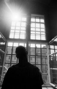 Jugendlicher Straftaeter im Buero des Gefaengnis-Sozialpaedagogen am 05.07.1995 in der JVA Ebrach (Bayern)